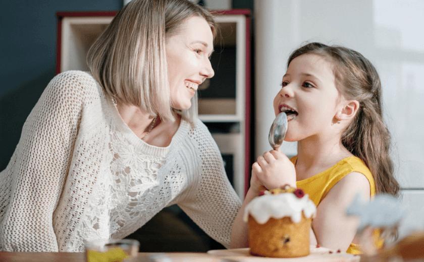 Mãe e filha na cozinha, tomando café da manhã