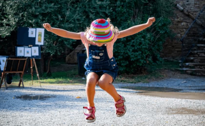 Criança de quatro anos pulando