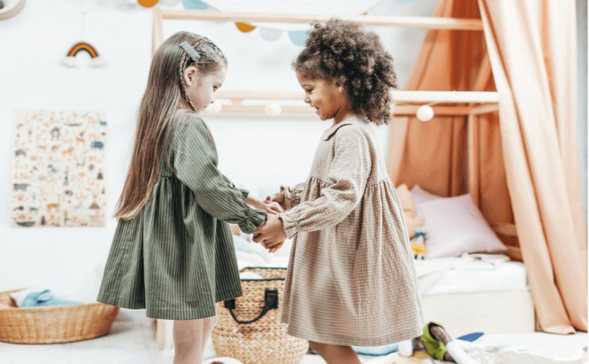 Duas meninas de 3 anos brincando