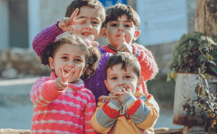 Quatro crianças de 2 anos juntas