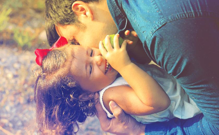 Pai abraçando a filha