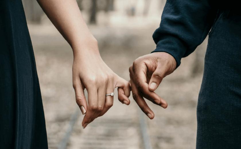 A mão de um homem e de uma mulher juntas